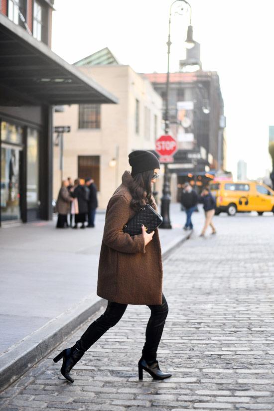 Девушка в коричневом плюшевом пальто, черные лосины и ботильоны