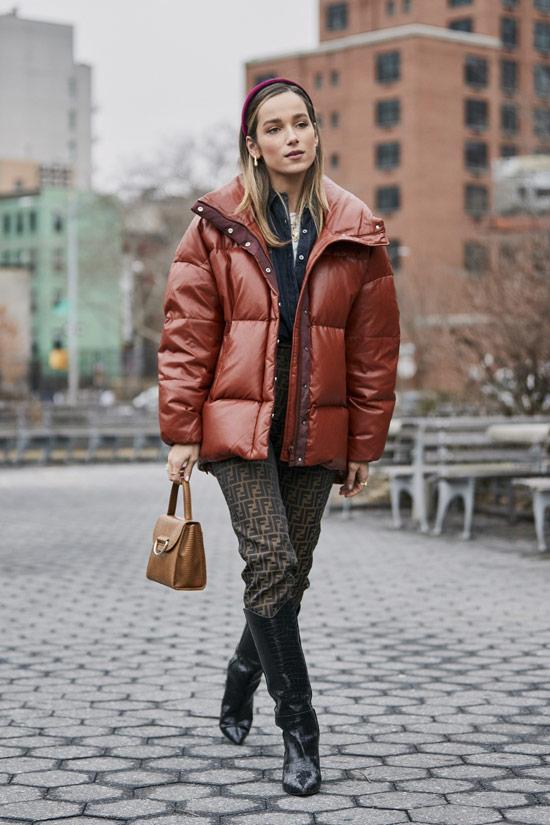 Девушка в коричневом пуховике, брюки и ковбойские сапоги
