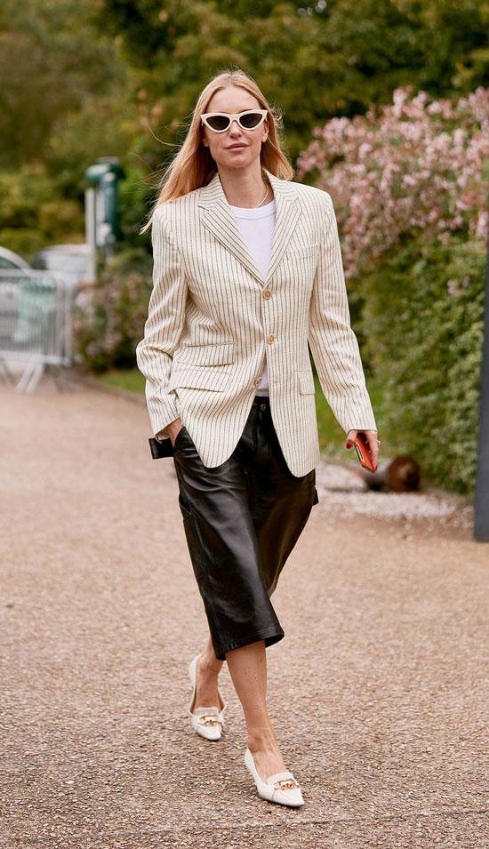 Девушка в кожаных капри, светлый пиджак в полоску, футболка и туфли