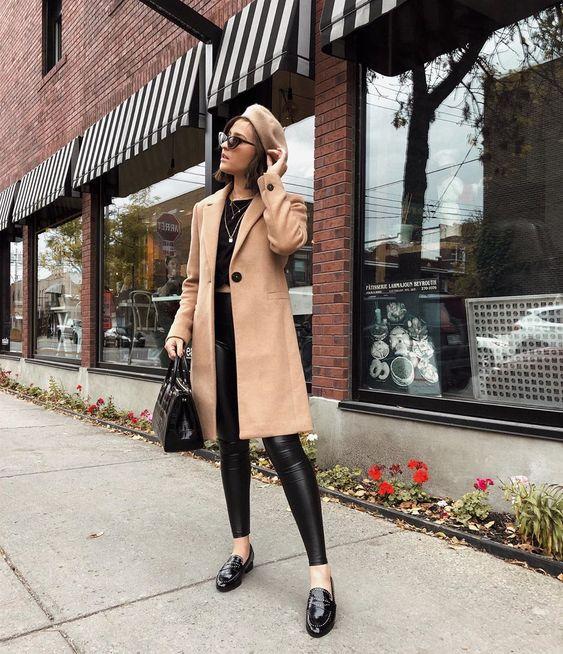 Девушка в кожаных леггинсах, бежевое пальто, лоферы и берет