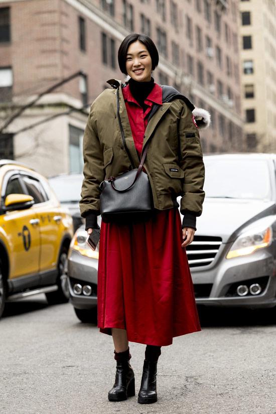 Девушка в красном платье, куртка в стиле хаки и черные ботильоны