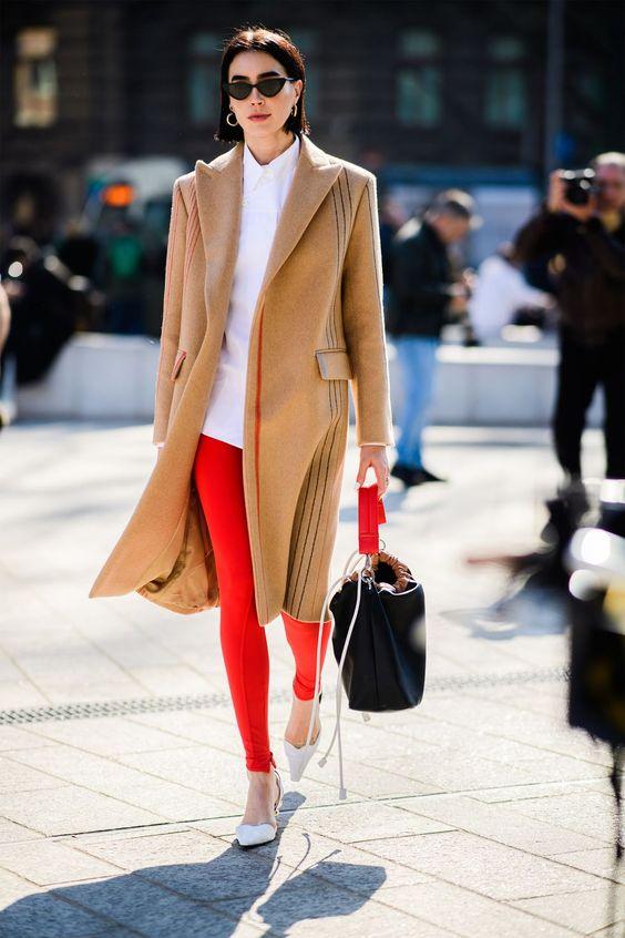 Девушка в красных леггинсах, белая рубашка и бежевое пальто