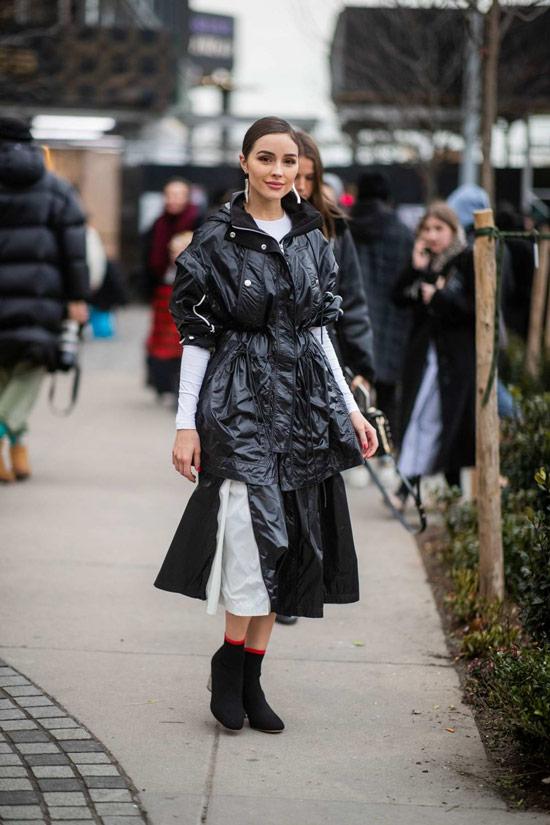 Девушка в лакированной парке, юбка миди и черные ботильоны