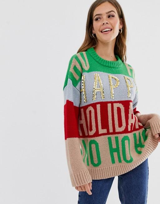 Девушка в новогоднем свитере оверсайз и синих джинсах