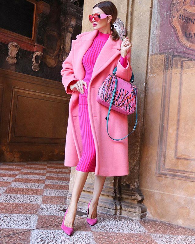 Девушка в облегающем платье, розовое пальто и туфли лодочки