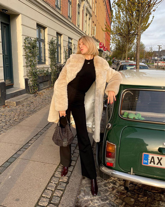 Девушка в плюшевом пальто, черные брюки клеш и водолазка