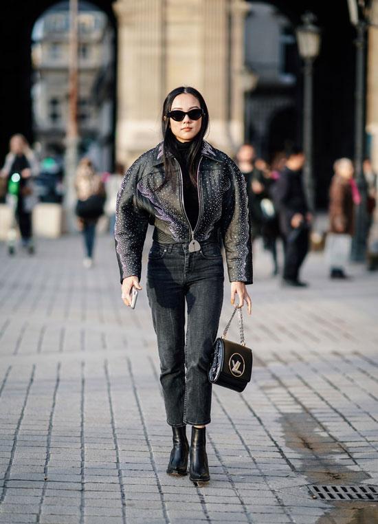Девушка в прямых джинсах, укороченная кожаная куртка и ботильоны