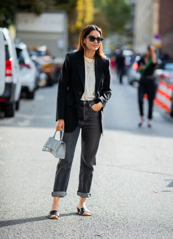 Девушка в прямых серых джинсах, черный блейзер оверсайз и белая футболка