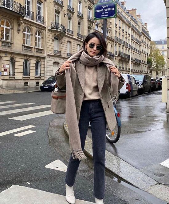 Девушка в прямых серых джинсах, водолазка, серое пальто и палатнин