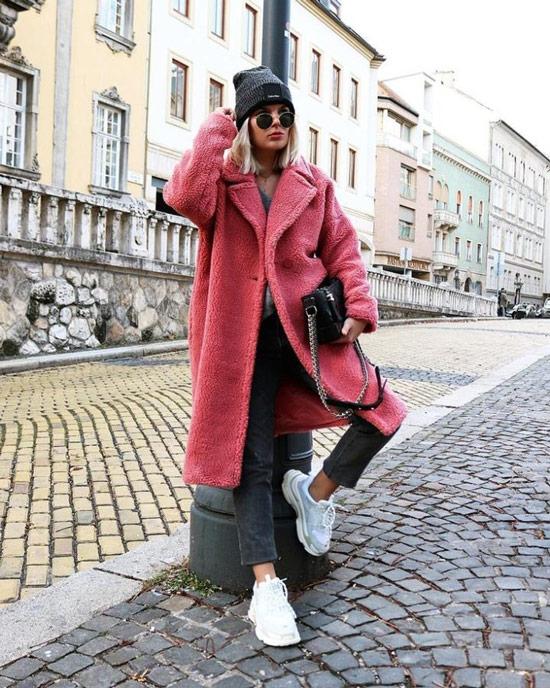 Девушка в розовом плюшевом пальто