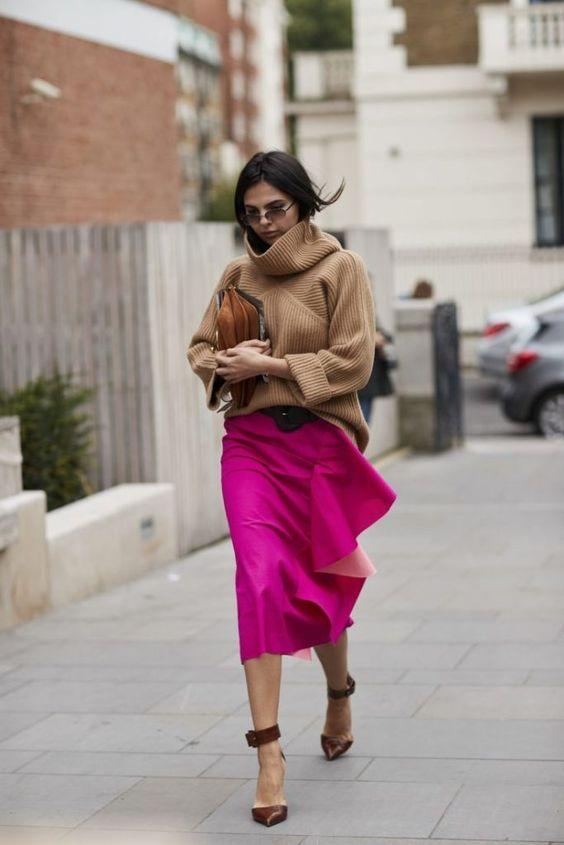 Девушка в розовой шеловой юбке, бежевый свитер и коричневые туфли