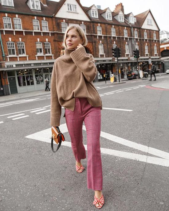 Девушка в розовых брюках и бежевый свитер оверсайз