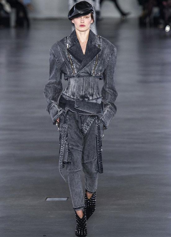 Девушка в сером джинсовом костюме и черные ботильоны