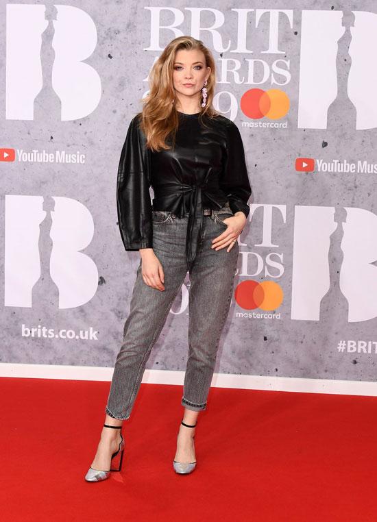 Девушка в серых джинсах и черной кожаной блузке, туфли на каблуке