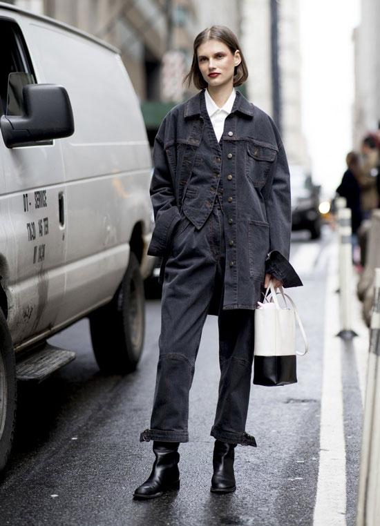Девушка в серых прямых джинсах, джинсовая куртка и черные сапоги