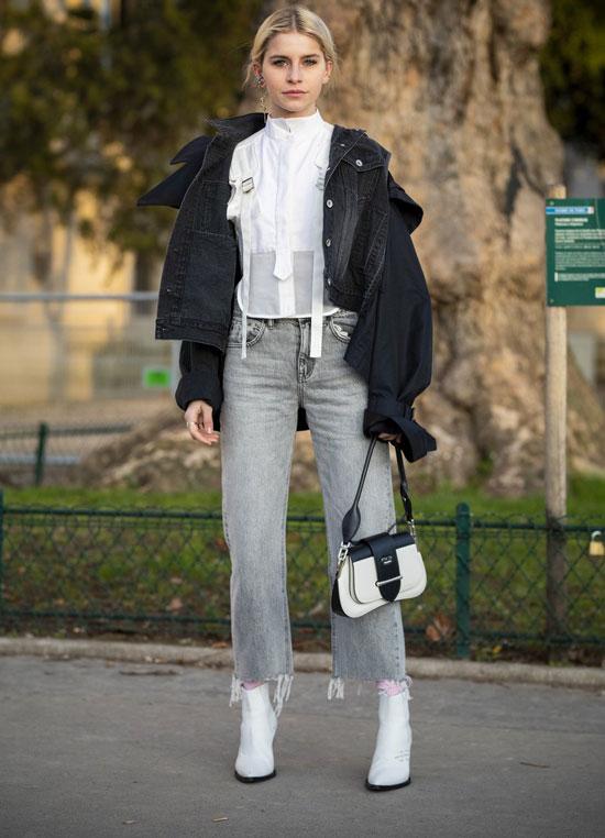Девушка в серых укороченных джинсах, белая блузка, джинсовая куртка и белые ботильоны