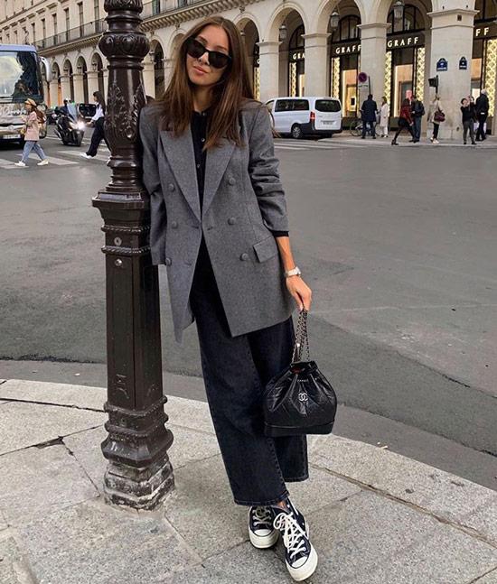 Девушка в широких джинсах, серый блейзер и кеды
