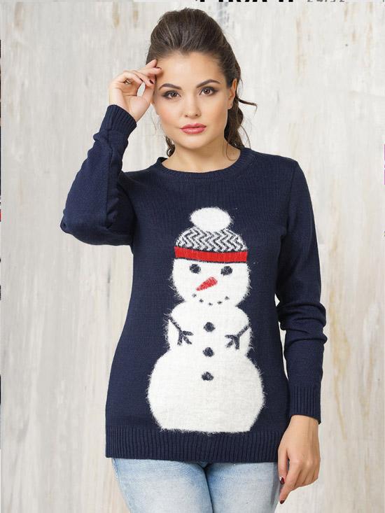 Девушка в синем новогоднем джемпере со снеговиком и голубых джинсах