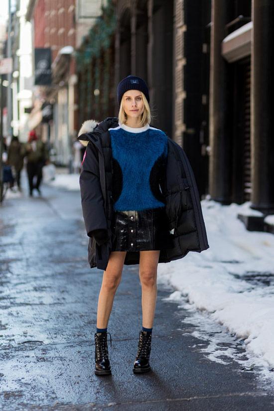 Девушка в синем полувере, черная парка и ботинки на шнуровке