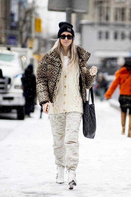 Девушка в светлых штанах, леопардовый пуховик и кардиган