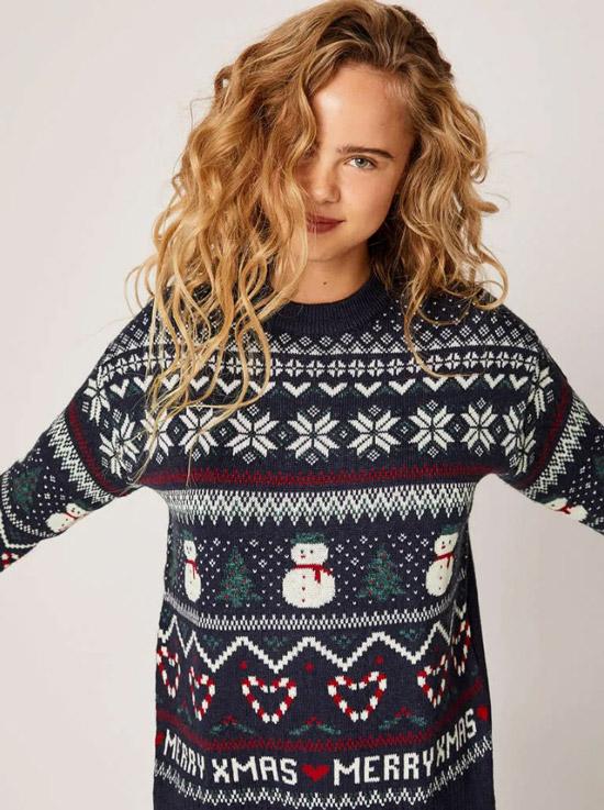 Девушка в свитере с новогодним принтом