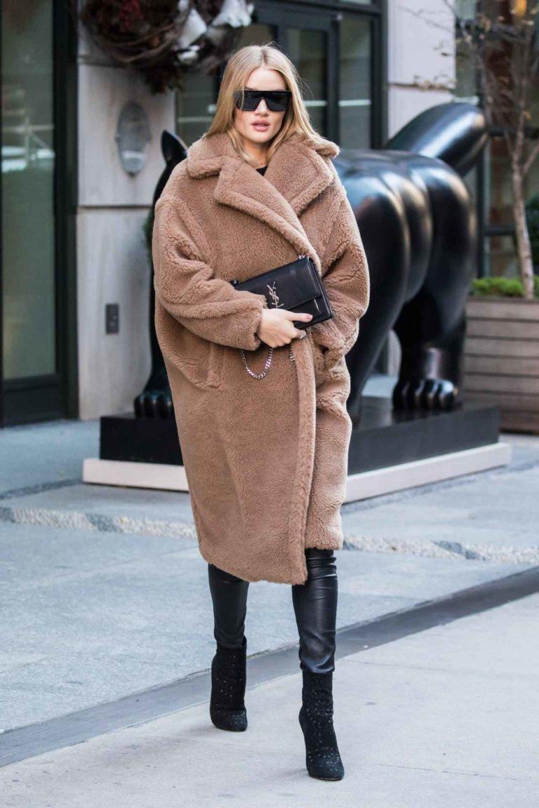 Девушка в тедди пальто, кожаные лосины и ботильоны