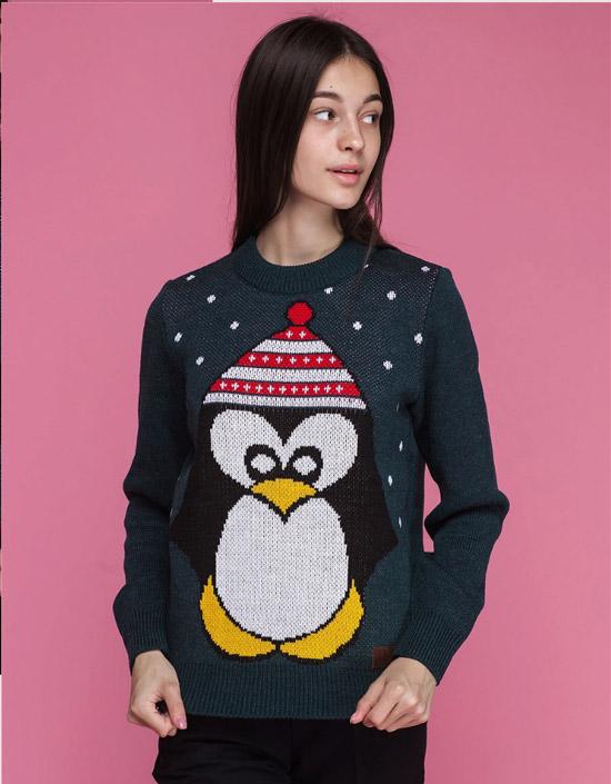 Девушка в темном свитере с пингвином и черных джинсах