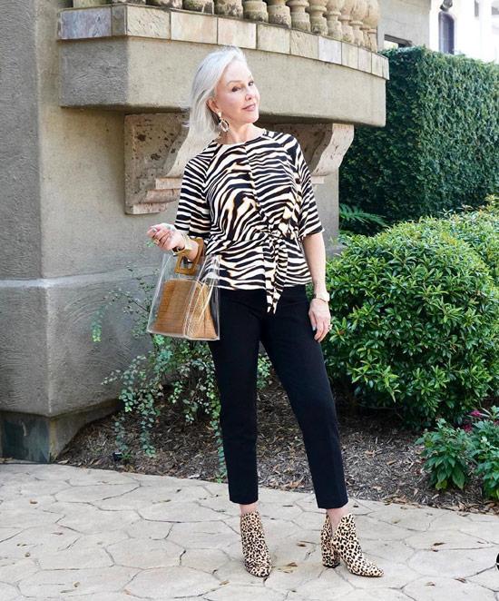 Девушка в укороченных брюках, черно-белая блузка и ботильоны с леопардовым принтом