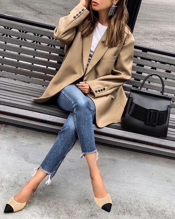 Девушка в укороченных джинсах, бежевый блейзер и туфли