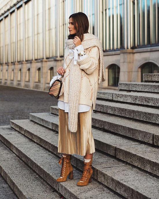 Девушка в золотой юбке миди, свитер и теплый шарф