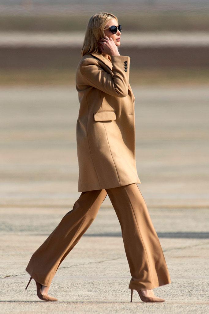 Иванка Трамп в бежевом костюме, пальто и туфли на шпильке