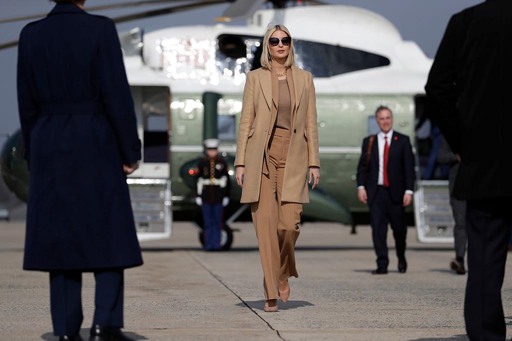 Иванка Трамп в бежевом монохромном образе и пальто, костюмом и туфлями
