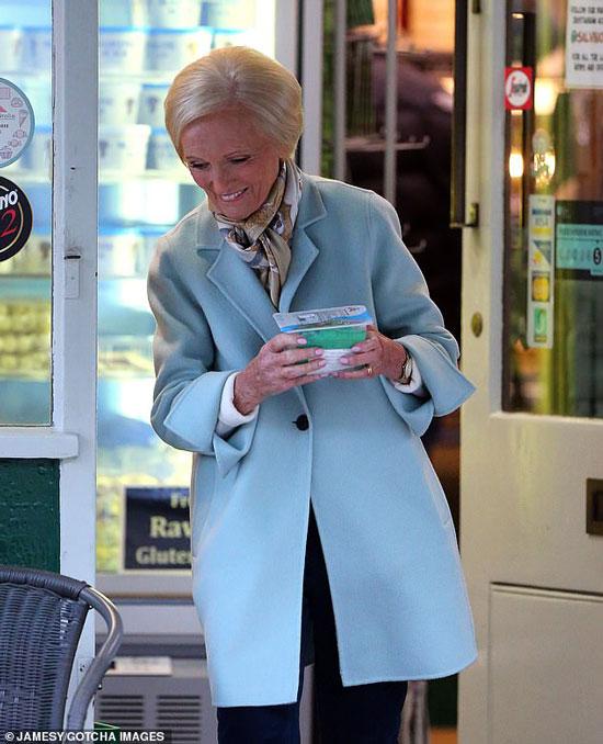 Мэри Берри в голубом пальто и шелковом шарфике