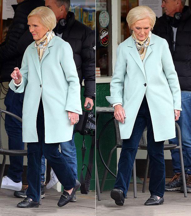 Мэри Берри в голубом пальто, синих джинсах и черных лоферах