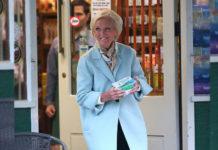 84-х летняя телеведущая показала стильный и удобный образ с пальто и синими джинсами