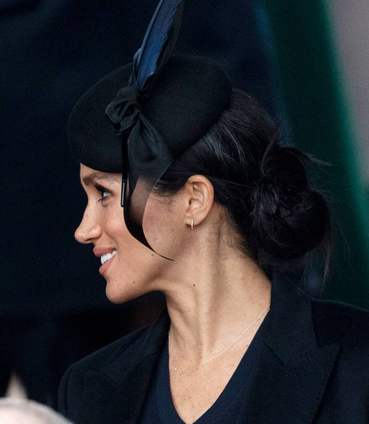 Меган Марл в черной шляпе и простых серьгах