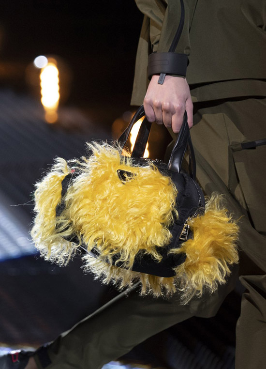 Модель с черной сумочкой с мехом