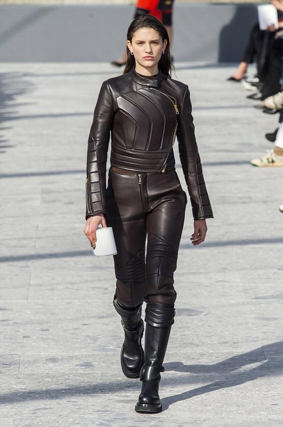 Модель в черном кожаном костюме и ботинах