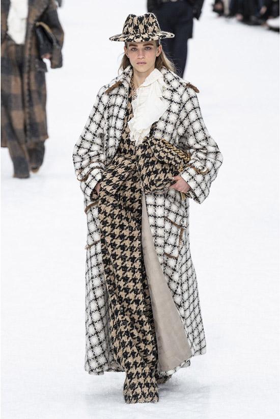 Модель в костюме с принтом гусинная лапка и белое длинное пальто в клетку
