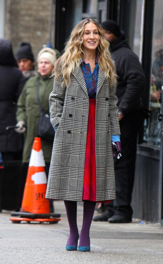 Сара Джессика Паркер в сером пальто в клетку, красная юбка миди и фиолетовые колготки