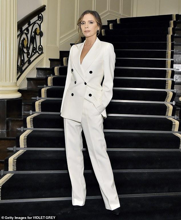Виктория Бекхем в белом брючном костюме и черных туфлях на шпильке
