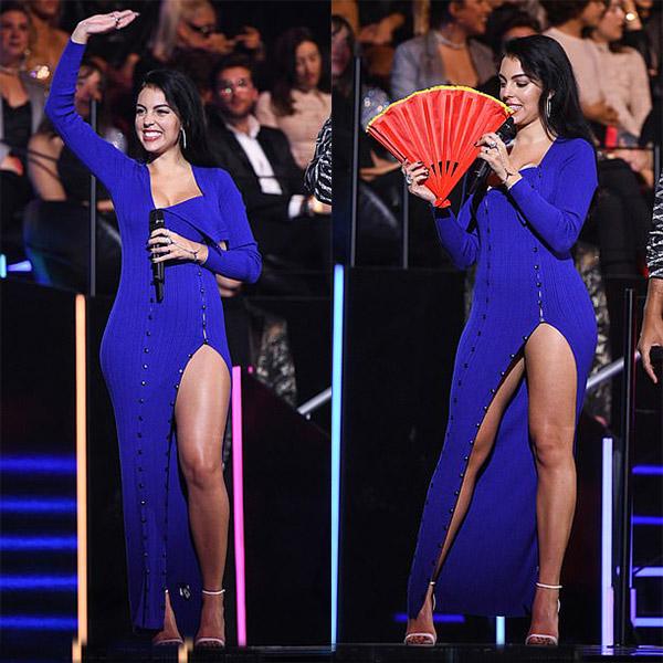Жоржина Родригес в длинном синем платье с разрезом до бедра
