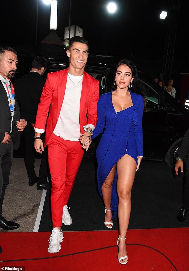 Жоржина Родригес в синем платье и белых босоножках