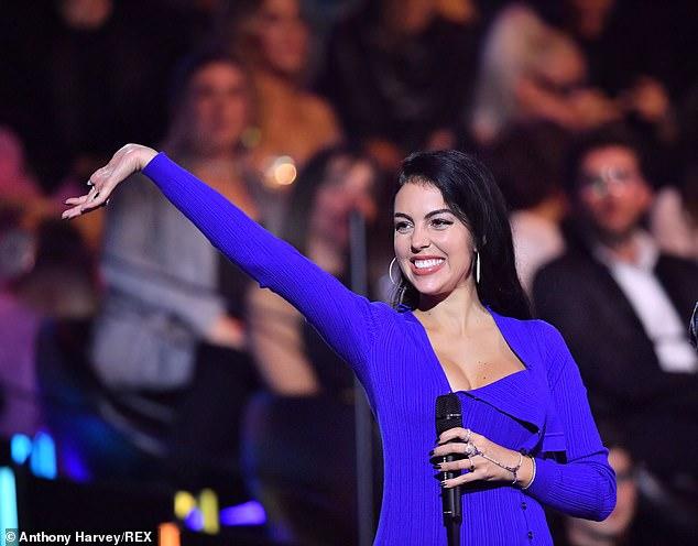 Жоржина Родригес в ярком синем платье и белых босоножках