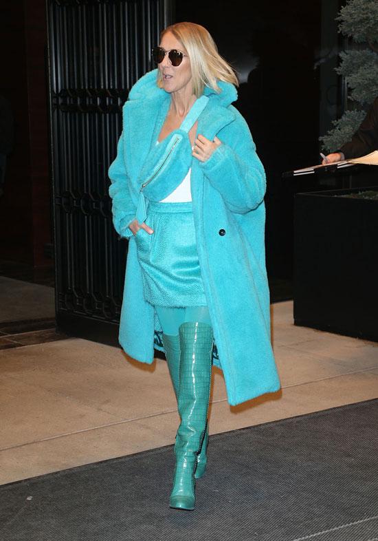 Селин Дион в бирюзовом пальто, сапогах и юбке от Max Mara