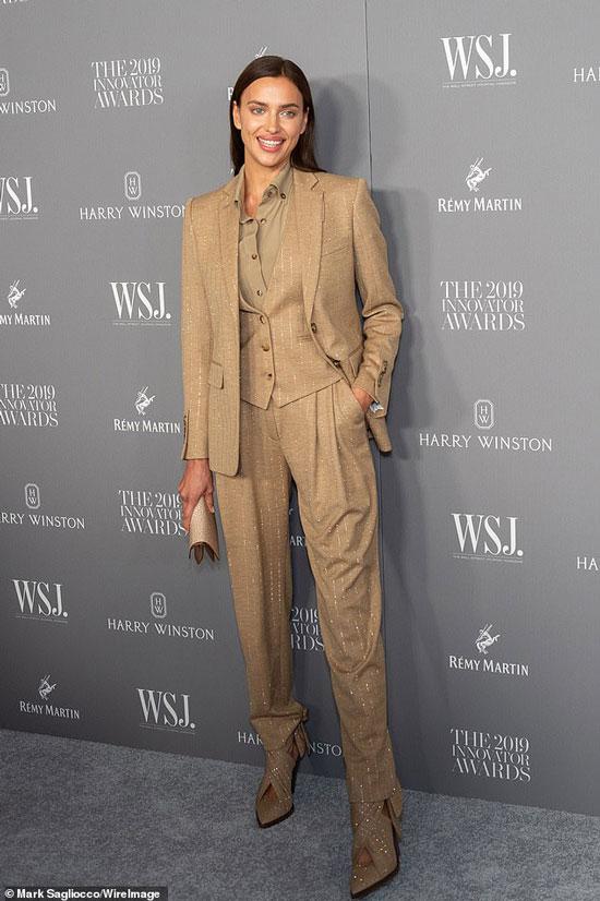 Ирина Шейк в блестящем брючном костюме