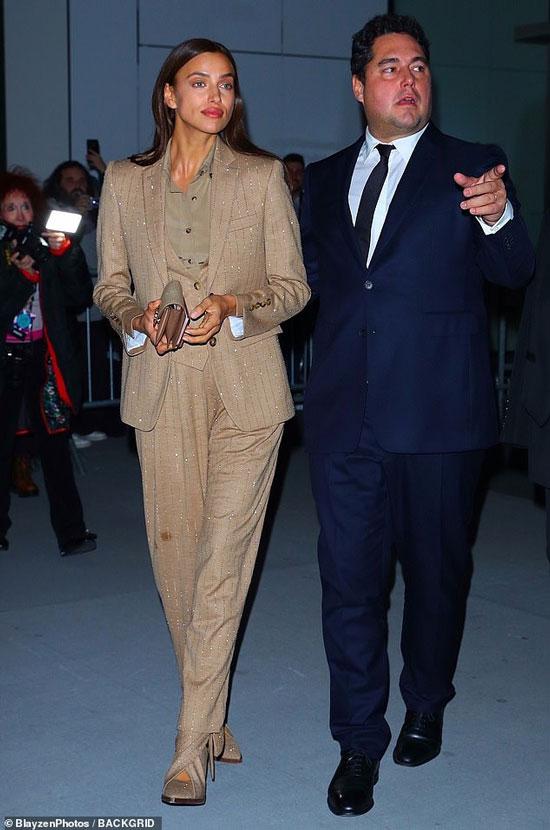 Ирина Шейк и мужчина в синем костюме