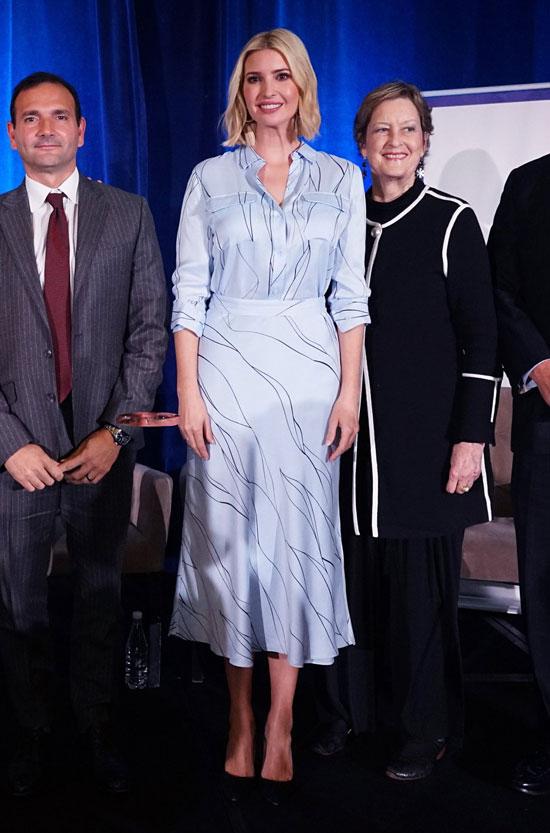 Иванка Трамп в белой блузе и юбке миди с принтом
