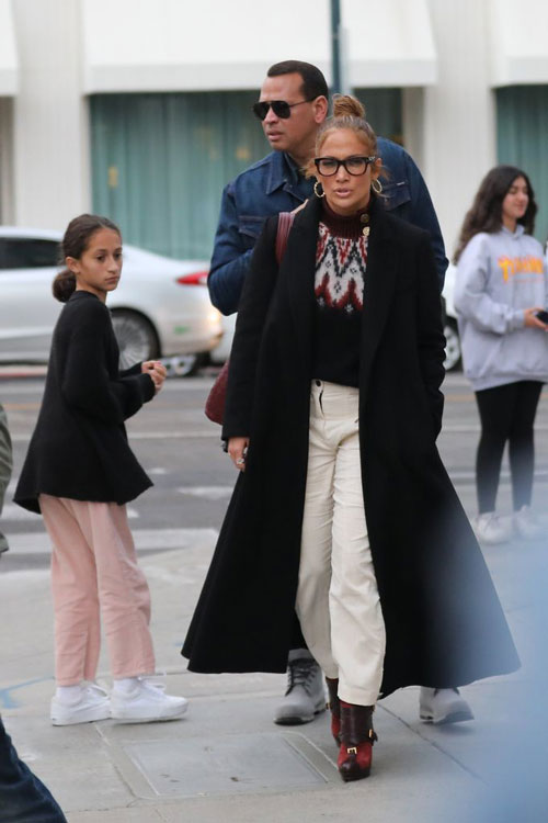 Деннифер Лопес в белых брюках, бордовых ботильонах и черном пальто