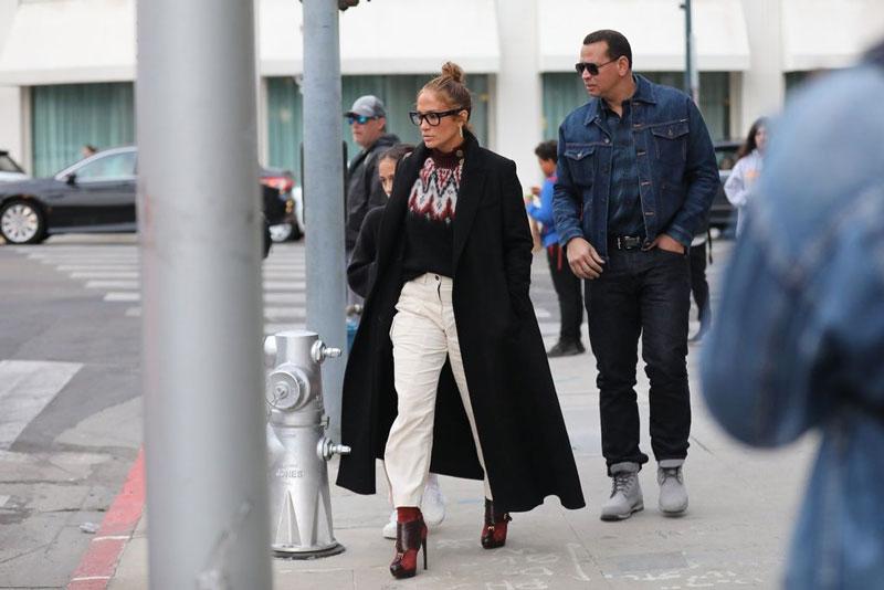 Деннифер Лопес в бордовых ботильонах, черном пальто и с сумкой на плече